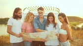 ônibus : Young People With Map Near Car In Summer. Group Of Happy Smiling Friends Searching Destination Location On Map, Enjoying Travel To Nature On Vacation. Men And Women Traveling On Weekend