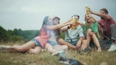 fogo : Happy Young Friends Drinking Beer, Having Fun And Sitting Near Bonfire On Picnic Outdoors.
