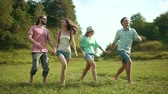 piquenique : Friends On Weekend. Happy Young People Having Fun And Laughing While Walking In Nature.