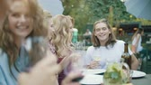 celebração : Friends With Drinks At Dinner Party, Enjoying Barbecue Party With Healthy Food On Table Outdoors.