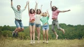 przyjaźń : People Jumping Outdoors. Group Of Friends Having Fun In Nature