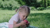 vitamines : Healthy Nutrition. Child Eating Juicy Apple Outdoors Vidéos Libres De Droits
