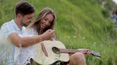 apaixonado : Couple In Love In Nature, Man Playing Woman Playing On Guitar. Smiling Woman Learning To Play On Instrument