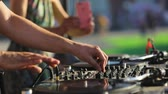 estéreo : DJ Mixing Music Track, Working On Professional Equipment Closeup. Music Set At Festival