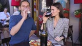 vinho tinto : Couple Drinking Wine At Restaurant