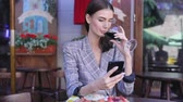 vinho tinto : Woman Drinking Wine With Phone At Restaurant Vídeos