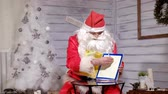 Клаус : Santa shows focus with a magic book