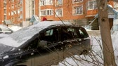 щеткой : man clean car after snow storm with scraper Стоковые видеозаписи