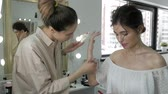 порошок : Young beautiful woman applying make-up by make-up artist