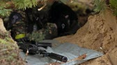 arma de fogo : The rifle lies on the ground in the forest