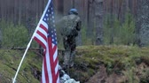 arma de fogo : Soldiers in camouflage with combat weapons and in the US in the forest, military concept