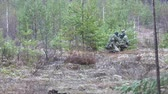 soldado : Soldiers in camouflage with combat weapons make their way outside the forest, with the aim of capturing it, the military concept Stock Footage