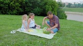 мать : Happy family at a picnic eating watermelon. Стоковые видеозаписи