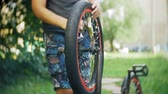 lidská hlava : The boy washes his BMX bicycle with water and foam