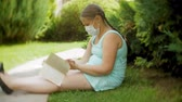 compresseur : Cute girl in a respirator reading a book in the park on a bench