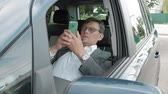 discagem : Mature businessman in the car lies on the decomposed front seat