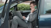 discagem : Mature businessman in the car talking on the phone Stock Footage