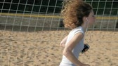 corredor : Young fitness woman engaged in bek outdoors, wearing headphones. Super slow motion