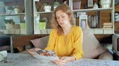 меню : Woman looking at menu in restaurant, turning pages