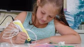 plástico : Creative girl using 3d pen printing 3D shape.