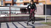 skok : A boy is riding BMX cycling tricks in a skateboard park on a sunny day. Super Slow Motion Wideo