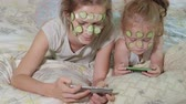 sní : A woman with her daughter makes fun of cucumber masks at home