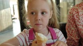 lánya : A young mother and her little daughter spend time in a restaurant at a slow pace. Eating ice cream