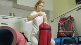 barokní : A woman tourist collects things in a backpack in the kitchen of the house and prepares for a trip