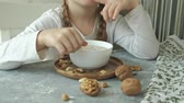 aveia : Little cute girl eats oatmeal with nuts and dried fruits for breakfast. Healthy food concept Vídeos
