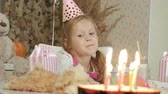 свеча : Happy girl with birthday cake with candles Стоковые видеозаписи