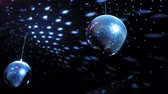 feest : color lighting disco mirror ball in dark room Stockvideo