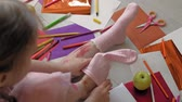 ołówek : little girl draws on her feet with felt-tip pens, childrens creativity, development