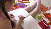 クレヨン : little girl draws with pencils, childrens creativity, development