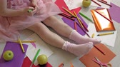petites filles dessin : little girl draws on her feet with felt-tip pens, childrens creativity, development