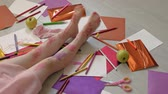 crayon feutre : little girl draws on her feet with felt-tip pens, childrens creativity, development
