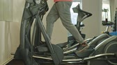 sweater : man met elliptische machine in de sportschool. Stockvideo