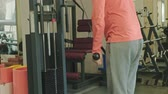 levantar peso : Man doing triceps exercises in the gym Archivo de Video