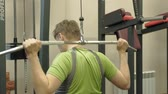 The overweight man shares the upper block in the gym. Fitness. Healthy lifestyle. Vidéos Libres De Droits
