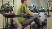 buikspieren : The man in the gym. Fitness. Healthy lifestyle