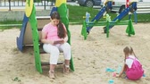 lata : Children use a computer tablet, walk on the playground Vídeos