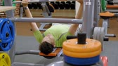 бодибилдинг : Man doing bench press in fitness studio Стоковые видеозаписи