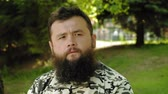 беспокоиться : mature bearded man depicts emotions outdoors. summer Стоковые видеозаписи