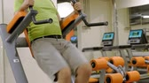 buikspieren : Fat mature man doing leg rises in the gym. Fitness Healthy lifestyle
