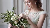 постельные принадлежности : Beauty bride in bridal gown with bouquet and lace veil indoors