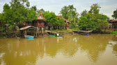 Аюттхая : Video FullHD - Row of river houses. elevated on stilts. with private piers and small boats along the banks of the Chao Phraya River near Ayutthaya. Thailand.