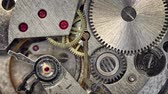 kroucení : Video 3840x2160 - Clockspring. flywheel and continuous gears comprise the clockwork mechanism that drives a watch. This closeup view demonstrates the physics involved.