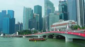 浪漫 : SINGAPORE - CIRCA AUG 2015: New Jubilee Bridge and Singapore river cruise boat with Downtown urban skyline with skyscrapers on background