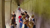 magyarázza : SIEM REAP. CAMBODIA - CIRCA NOV 2015: Tour guide explains relief carvings along corridor wall in Angkor Wat temple complex. Video 3840x2160