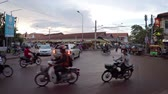 осадки : SEAM REAP. CAMBODIA - CIRCA NOV 2015: Typical. uncontrolled traffic through a busy intersection in Siem Reap. with sound. Video FullHD 1080p Стоковые видеозаписи