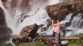 conservação do meio ambiente : CHIANG MAI. THAILAND JAN 2018: Tourist snaps photos at Mae Klang Waterfall near Chiang Mai. with sound. FullHD 1080p video Vídeos